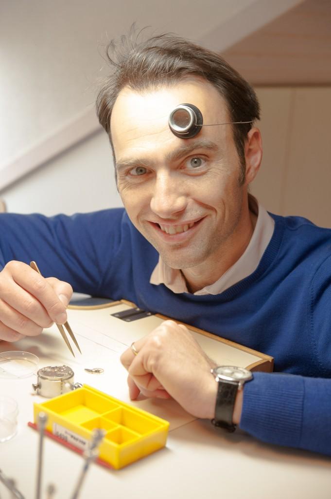 Johannes, conseil en brevet, démonte une montre