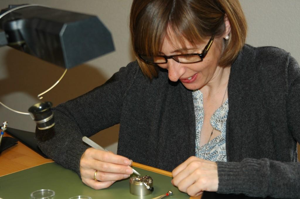 Roseline, dessinatrice en brevets, observe un mouvement d'horlogerie