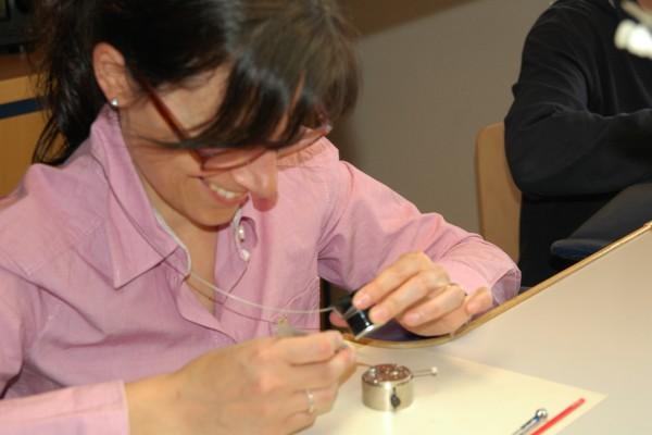 Maria, conseil en brevet, pendant un cours d'horlogerie