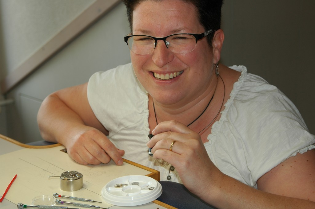 Emmanuelle, analyste en information brevet, remonte un mouvement horloger