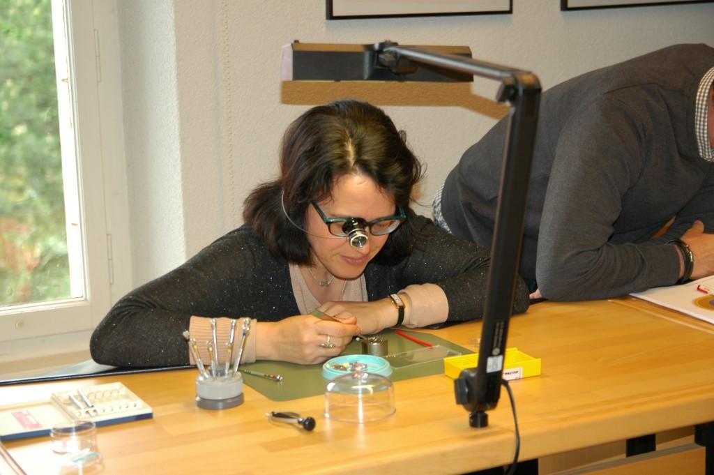 Sophie, spécialiste en brevet avec une loupe d'horloger