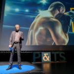 Christophe Saam, devant une image de boxe
